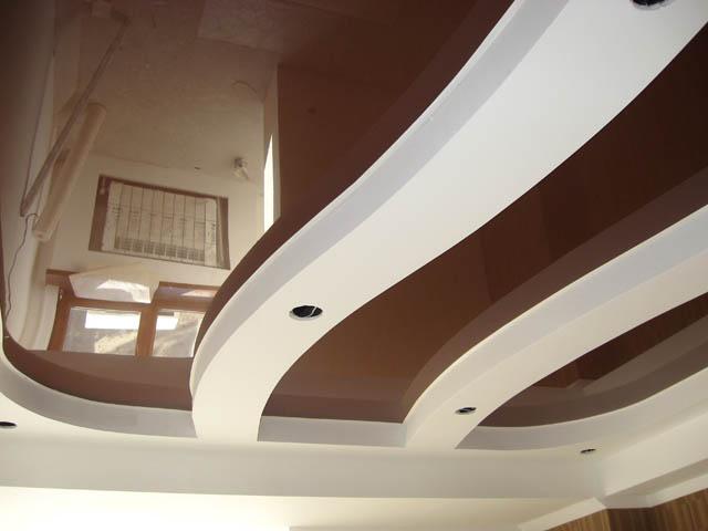 Потолок в шоколадно-молочном оттенке