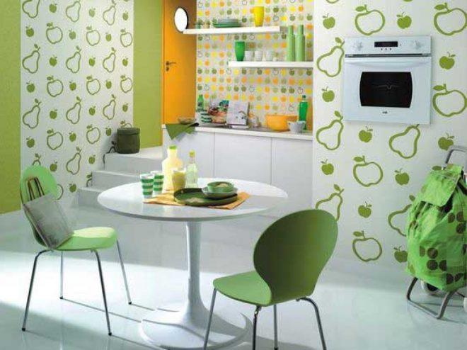 Стены на кухне из разных обоев
