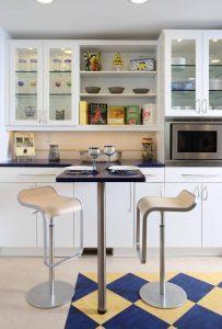 шкафы с прозрачными или матовыми дверками на кухне