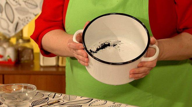 Как очистить эмалированную кастрюлю