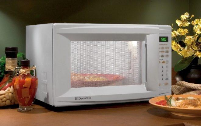 Микроволновая печь на столе
