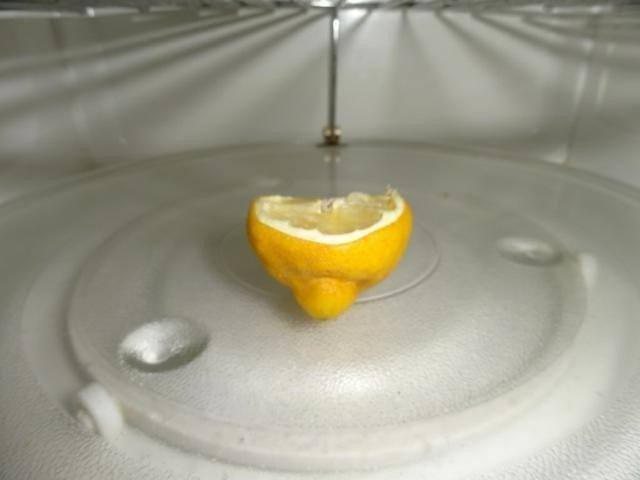 Удаления неприятного запаха из СВЧ-печи с помощью лимона
