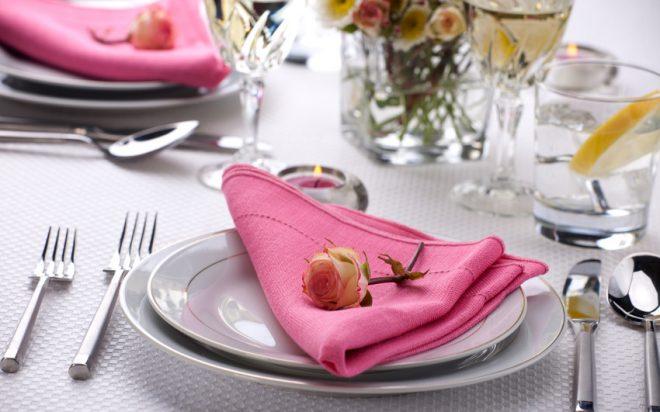 Розовая салфетка на тарелке