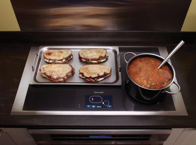 Индукционная плита с едой