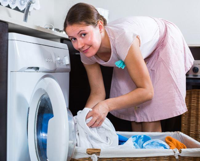 Женщина стирает шторы