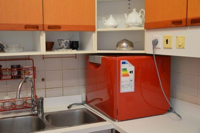 Компактная посудомойка на кухне