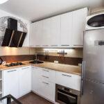 Дизайн белой кухни 6 кв. с варочной поверхностью на 2 конфорки