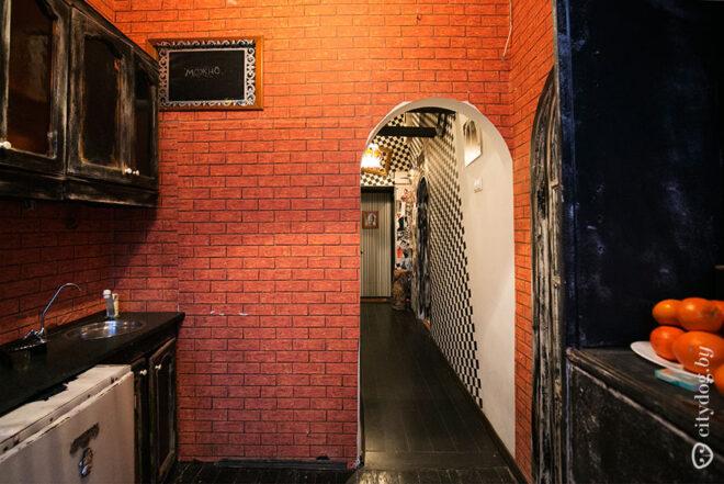 Люк в полу черной кухни 7 кв.м в стиле лофт