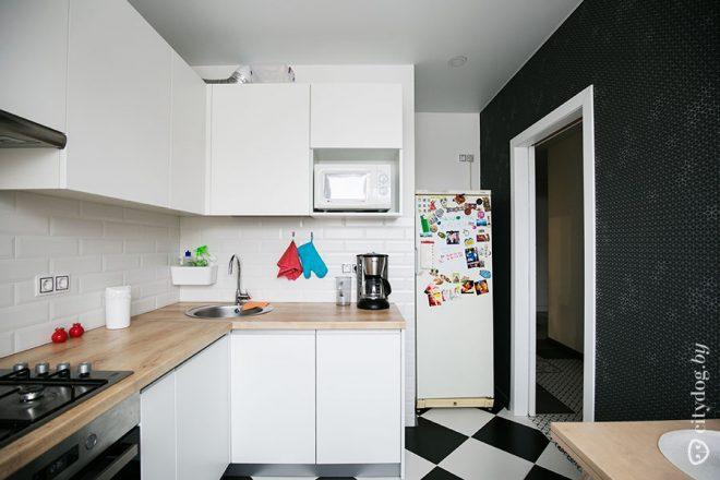 Дизайн в скандинавском стиле белой кухни 7 кв.м. Черный тон против белого