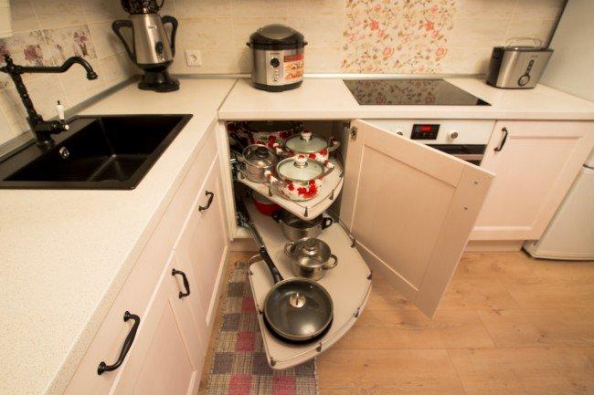 Дизайн белой кухни 10 кв м в стиле прованс с круглым столом из Икеа