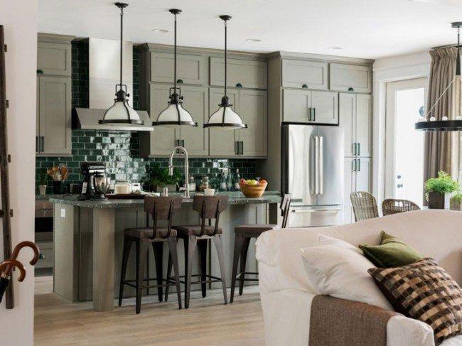 Белая кухня совмещена с гостиной