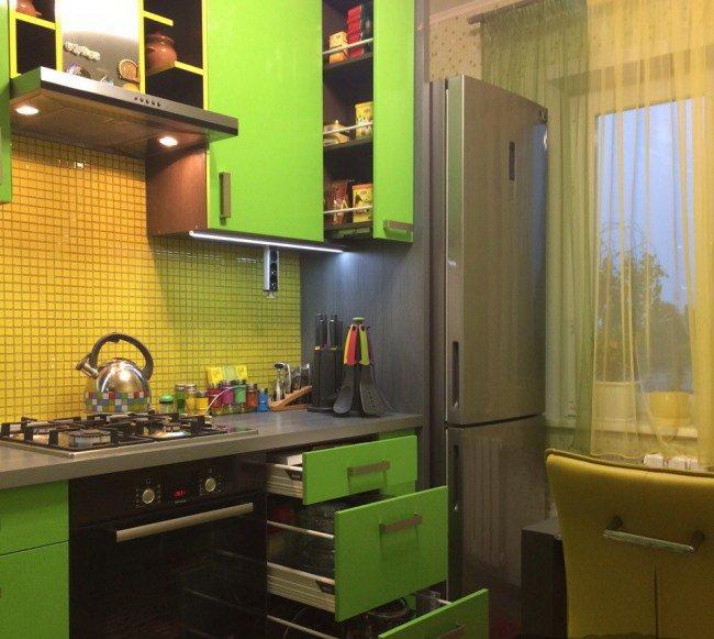Холодильник на салатовой кухне