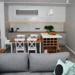 Дизайн кухни-гостиной площадью 20 кв.м с барной стойкой и столом