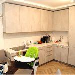 Дизайн кухни-гостиной в однушке с балконной дверью