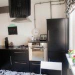 Черная Г-образная кухня без верхних навесных шкафов 9,3 кв.м