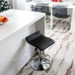 Дизайн белой в стиле минимализм П-образной кухни-гостиной