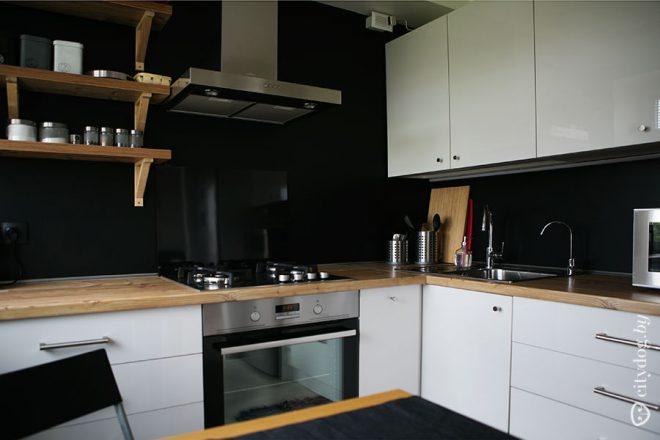 Дизайн черно-белой П-образной кухни на 6 кв.м