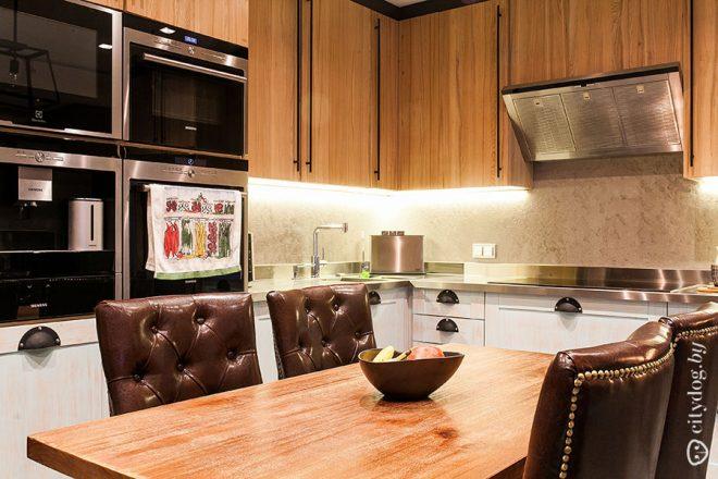Большая кухня-гостиная с балконом в стиле лофт