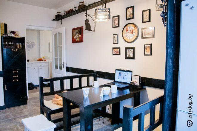 Черная кухня площадью 10 кв.м в стиле английского паба