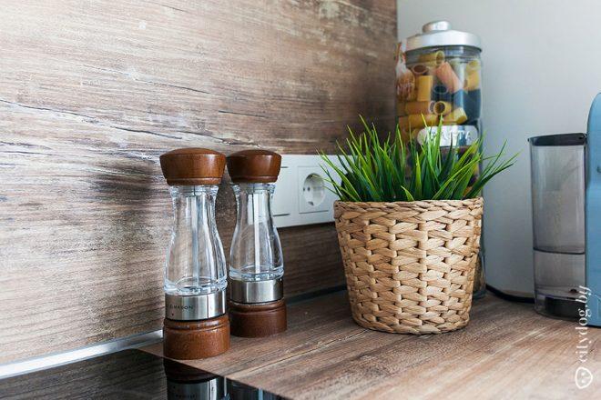 Скандинавский стиль белой кухни с островом площадью 14 кв.м