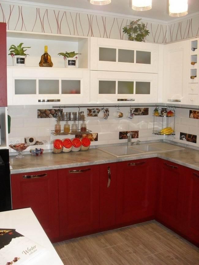 Белая кухня с красным
