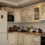 Классическая угловая кухня площадью 12 кв.м с балконом