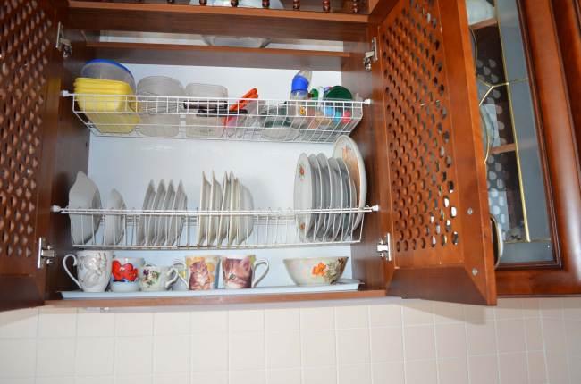 Тарелки в шкафу