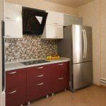 Большой холодильник красно-белой кухне