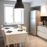 Бело-серая кухня 12 кв.м в скандинавском стиле