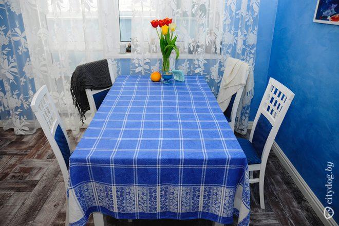 Цветы на голубой кухне