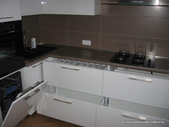 Дизайн угловой белой кухни 9 кв.м
