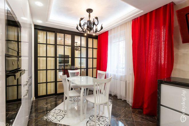 Красные шторы на белой кухне площадью 12 кв.м