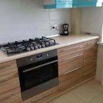 Интерьер бирюзовой кухни 12 кв. м с газовой колонкой и вентиляцией