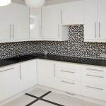 Черно-белая кухня в строгом стиле
