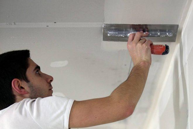 Шпаклевание потолка с помощью шпателя