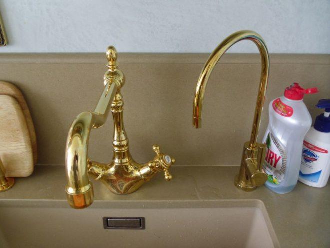 Кран для питьевой воды золотого цвета