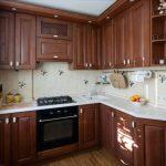 Дизайн угловой кухни 6 кв.м из массива дуба с патиной