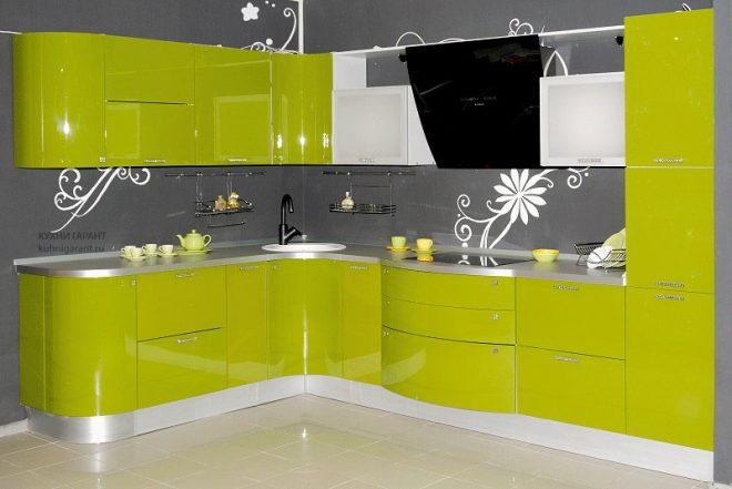 Лимонная кухня с серым