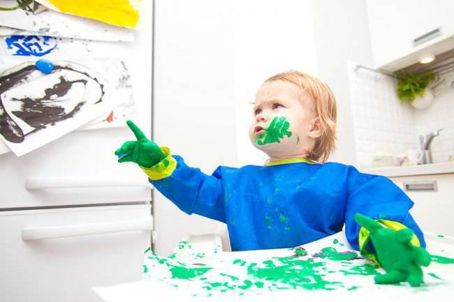 Дети рисуют на кухне