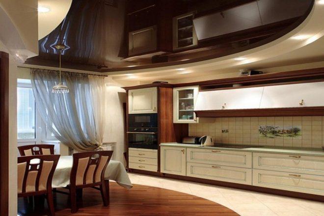 Комбинированный потолок на кухне