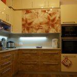 Современная кухня со встроенной техникой и рисунком цветов на фасадах