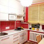 Дизайн белой кухни 7 кв.м с красными обоями