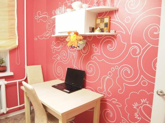 Красные стены и стол