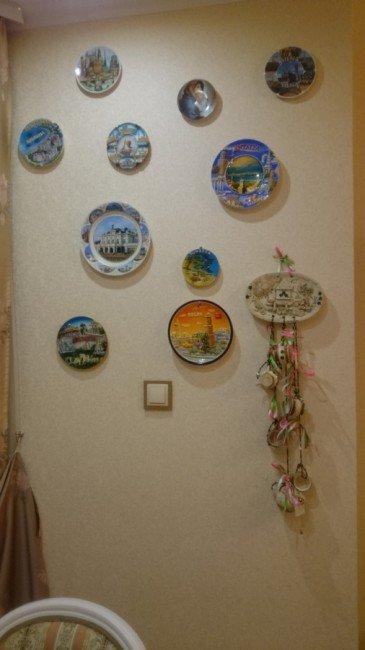 Стена с тарелками