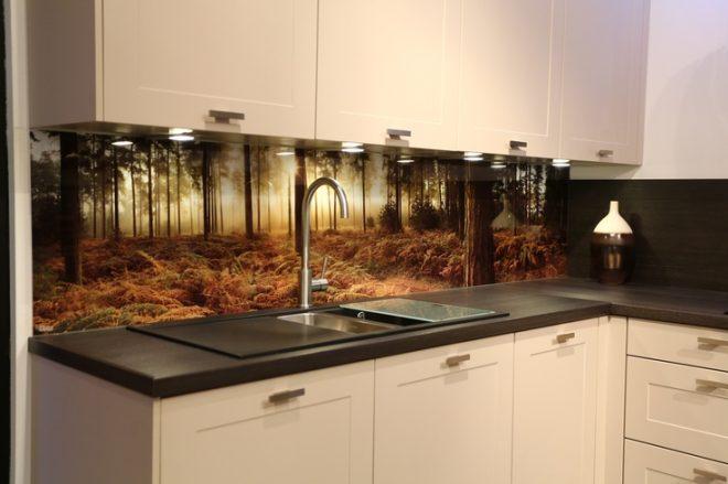 Стеклянная панель на кухне