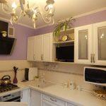 Белая кухня в классическом стиле с круглым столом и занавесками