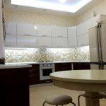 Просторная кухня-столовая с зоной для отдыха – лаконичность, функциональность, единство стиля
