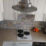 Скромная кухня 5, 8 кв. м. в средиземноморском стиле с обеденной зоной