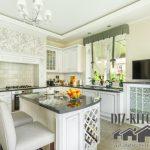 Роскошная белая итальянская кухня с островом в загородном доме