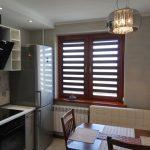 Современная кухня 9 кв. м. с фасадами из итальянского акрила и телевизором